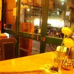 レストラン ディディ - 店内から東山通を眺める