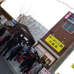 ラーメン二郎 - 開店前から大行列!