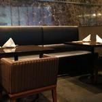 美食 米門 - テーブル席は暗め