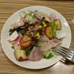 64951310 - 10種の野菜とゆで鶏の彩りサラダ