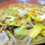 ちゃんぽん ならここ - 強火で香ばしく炒められた具。多種類の野菜と豚肉、イカ下足などスープを美味しくする具材がたくさん。