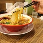 彩華ラーメン - グタグタの麺リフトなのだ(笑)でも彼は仕事はできる男やよ(^_-)-☆