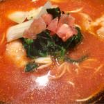 元祖トマトラーメンと辛めん 三味 - ほうれん草、セロリ、トマト、豚バラ肉入りでかための麺でトマトのスープパスタのようなイメージ