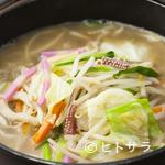鉄なべ - トンコツと鶏ガラのブレンドスープ。野菜もたっぷり入っています
