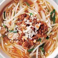 真怡記 - 炒めた野菜が山盛りの真怡記ピリ辛そばは中国の屋台風をイメージ