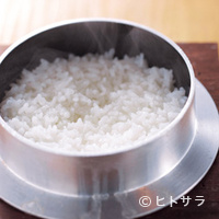 永来権 - 蓋を開けるとつやつやな釜炊きのご飯650円