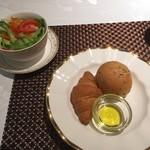 都 - ランチのパン・サラダ