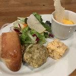 北浜バールこにし - ランチの前菜3種とサラダ