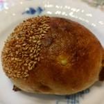 三好パン - 料理写真:くりパン(160円)甘い和栗が練り込んでありました。生地もふわっとした感じ