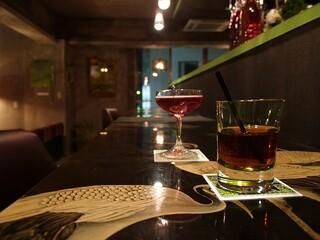 アナログ カフェ ラウンジ トーキョー - 木の屏風のカウンターとカクテル