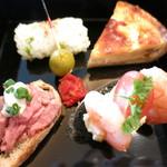 ザ パレス ラウンジ - 青菜の俵むすび オリーブ&セミドライトマト ベーコンとオニオンのキッシュ コールドビーフとレフォートマヨネーズのタルティーヌ シュリンプとエッグとトマトと竹炭パンのタルティーヌ