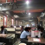 博多芳々亭 - 店内。 全てテーブル席です。