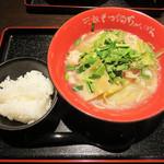 博多芳々亭 - もつ鍋ちゃんぽん 牛テール塩味(小ライス付き) 700円。 700円で麺の大盛無料、ライスのおかわり無料。