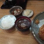 勝蔵 - ご飯、赤だし、漬け物、おろしポン酢(特上ヒレ&ロースに付く)