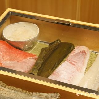 ネタのケースには旬の魚介が並びます