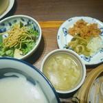 中国菜エスサワダ - 本日のスープ、グリーンサラダ、お粥の薬味、ザーサイ