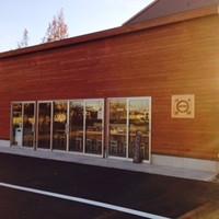 博多拉麺 KAZU - 大きな窓が特徴の木のぬくもりのあるお店です。