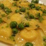エノテカラウラ - チーズのラヴィオリとグリーンピース