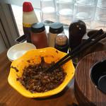 麺専科げんき - 卓上には辛子高菜が でも・・・