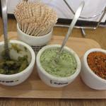 うどんダイニング 弥栄 - 卓上には、柚子胡椒・一味、そして珍しいわさび塩があります。