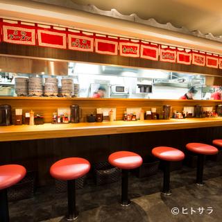 赤い暖簾がとても良い雰囲気をかもしだすカウンター席