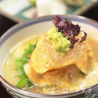 うち山 - 淡路産の鯛を特製胡麻ダレでいただく『鯛茶漬け』
