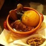 スペインバルバルエルソル - バルエルソル特製赤ワイントマトポトス(鶏手羽元、インカのめざめ、丸ごと小玉ねぎ
