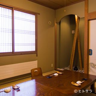 座敷、テーブルの個室は接待に人気の洗練された空間