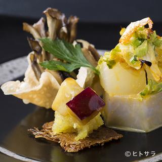 芸術的に盛り付けられたお皿は、色、香りに魅了されます