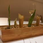 プレヴナンス - キャベツのちりめんチップ、生のりのチップス、鯖のリエット(米生地)