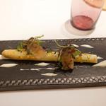 プレヴナンス - ロワールのホワイトアスパラ、ホタテ、豚ほほ肉の塩漬け
