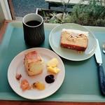 Sunday Bake Shop - スコーンの朝食セット¥700、シンプルスポンジ&ホワイトケーキ¥450