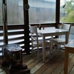 タネ カフェ - 室内テラスには暖炉もあります