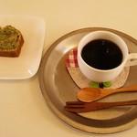 タネ カフェ - コーヒー・オーガニックブレンド(400円)、畑のケーキ・小松菜とくるみ(250円)