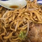 ラーメン二郎 - 茶褐色の麺が印象的