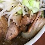 ラーメン二郎 - 胡椒は粉でなく黒の粒