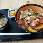 菖蒲のごはん屋さん - 料理写真:姫豚の彩菖丼1000円