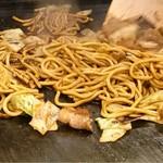 あべとん - 焼きそばも太麺で美味しそう(^O^)