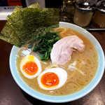 いずみ家 - 料理写真:ラーメン(並¥750)+味玉(¥100)。デフォルトでたっぷりのほうれん草が乗る