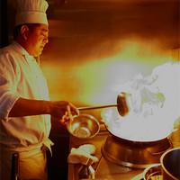 MASA'S KITCHEN - 鍋を振る鯰江真仁シェフ。毎日オープンキッチンで、お客様の顔を見ながら料理を作ります。