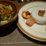 65625858 - 前菜5種盛り合わせ、華やかな野菜チップス入りサラダ