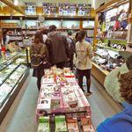 大阪城本陣 - やっと入って、ここは1階ミュージアムショップ。大阪城の記念グッズやお土産のお菓子が買えるよ。