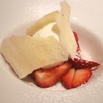 リストランテ ドゥエ フィオーリ - 「さちのか」苺とミルクジェラート 濃厚ブリュレ キルシュの白い板