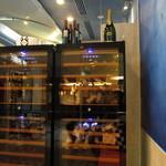 琉球回転寿司 海來 - 店舗入り口付近のワインセラー
