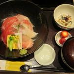 近畿大学水産研究所 - 近大マグロと選抜鮮魚の海鮮丼 1850円(税込)