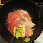 近畿大学水産研究所 - 魚は全て養殖、左はマグロ、右は上から、シマアジ、カンパチ、真鯛、鰤