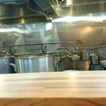 人形町 兎屋 - 左奥の鍋でスープが煮込まれています。