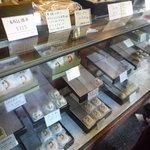 草月 - ショーケースには、黒松以外にも和菓子がいっぱい♪(2010/12)