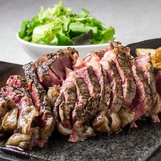 名物は焼き石を皿にした750gオーバーの豪快な塊の骨付き肉