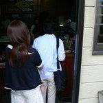 谷川米穀店 - 階段を降りきったところがお店の入口となっています。 11時少し前に行ったんですが、もう既に営業していました。 そしてお店の中はお客さんでいっぱいで並んでいました。